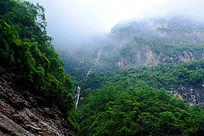 云雾环绕的高山
