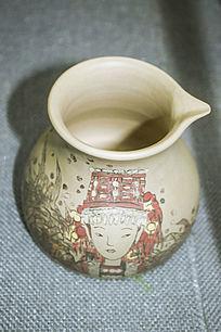 红色帽子少女图案的陶罐