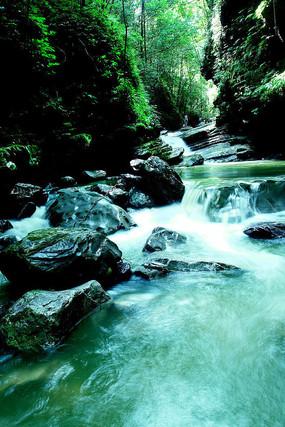山间清澈小溪图片