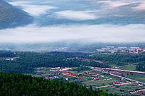 云雾中的山村风景
