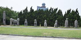 残缺的宋陵石雕像
