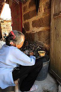 挖海蛎的老妇人
