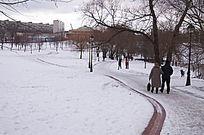 雪景郊外行人