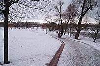 雪景郊外行人过道