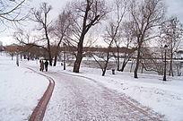 雪景郊外行人相依
