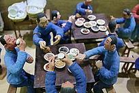 泥塑农村吃喜宴