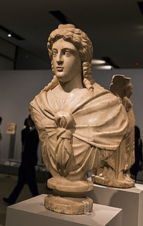 生命与健康之神伊西斯雕像侧面