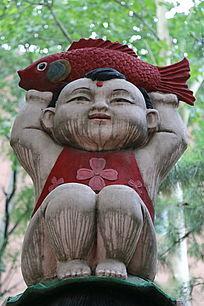 石雕婴儿抱鱼