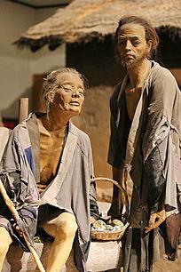 讨饭的老妇人和儿子蜡像