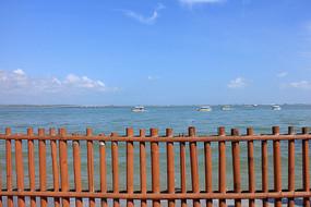 栅栏后的大海