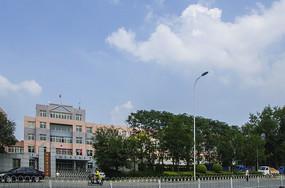 鞍山市第三十中学教学楼与白云蓝天