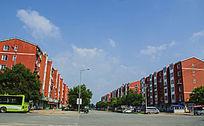 鞍山太平公路与两边的红色多层居民住宅楼群