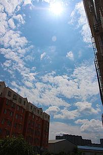 楼间的蓝天白云