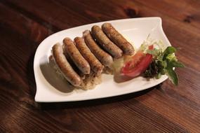 纽伦堡香肠配土豆泥和酸菜
