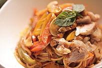 意大利香蒜鸡肉意面配芝麻叶和芦笋