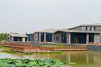 池塘边的建筑