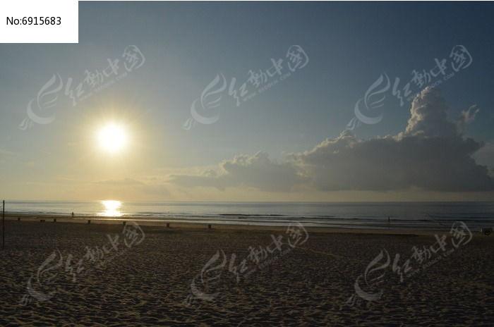 大海上初升的太阳照片
