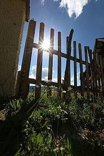 围栏上的太阳