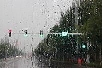 下雨天玻璃窗外红绿灯