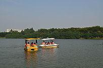 湖面上的游船图片