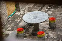 客栈院子里的石桌板凳