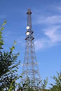 蓝天薄云下的信号塔