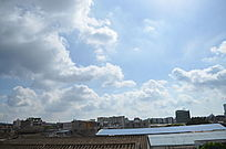 美丽的乡村小镇上的蓝天白云