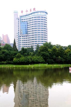园林后面的高层建筑