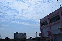 蓝天白云大楼一角风光图片
