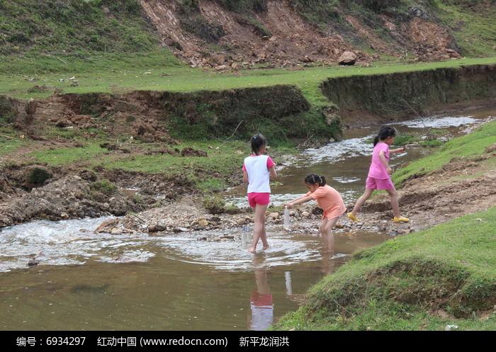 小溪边玩耍的三个小女孩高清图片下载 编号6934297 红动网图片