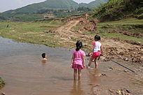 小溪里游泳的男孩