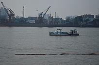 一艘江里行驶的船只图片