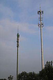 蓝天白云下的两个信号塔