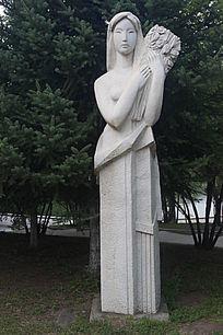 抱花的女人艺术雕塑