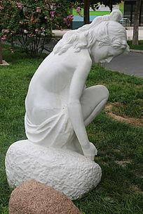 美女石雕像春天