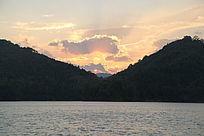 夕阳下的湖光山色