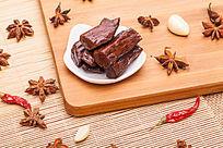 木板上的牛肉干