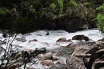 大山里清澈的河流