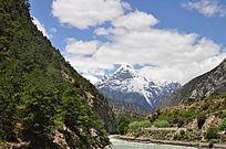 河流源头的雪山