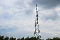 蓝天下高大的高压电线塔