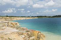 露天矿生态园区湖泊沿岸崖壁风光