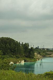 露天矿生态园区湖面一角