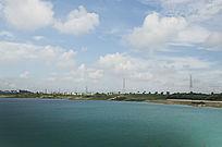 露天矿生态园区蓝色湖面风光