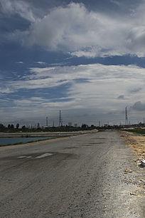露天矿生态园区通往油城的湖泊大道