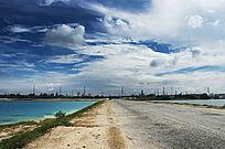 露天矿生态园区中深邃的蓝天与宽阔的大道