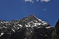 山峰上少许的雪