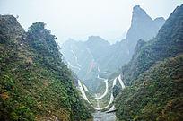 天门山蜿蜒的山路