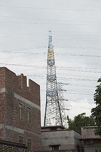 穿越小村庄的彩色高压电线塔