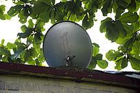 端放在屋顶的电视信号接收器