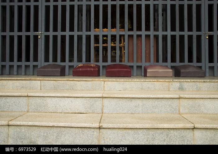 佛子禅院大殿前的跪拜垫图片